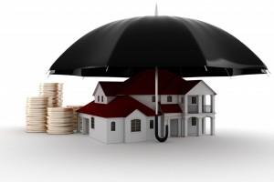 En paraply beskytter en pengestak og et hus - forsikring