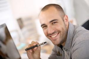 Mand ryger elektronisk cigaret og smiler