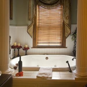 Kreativ brug af brusedør i glas på badeværelse