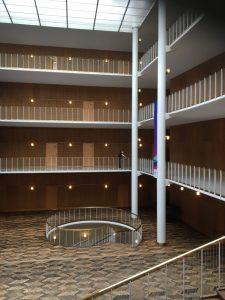 Foyeren i Århus Rådhus af Arne Jacobsen.